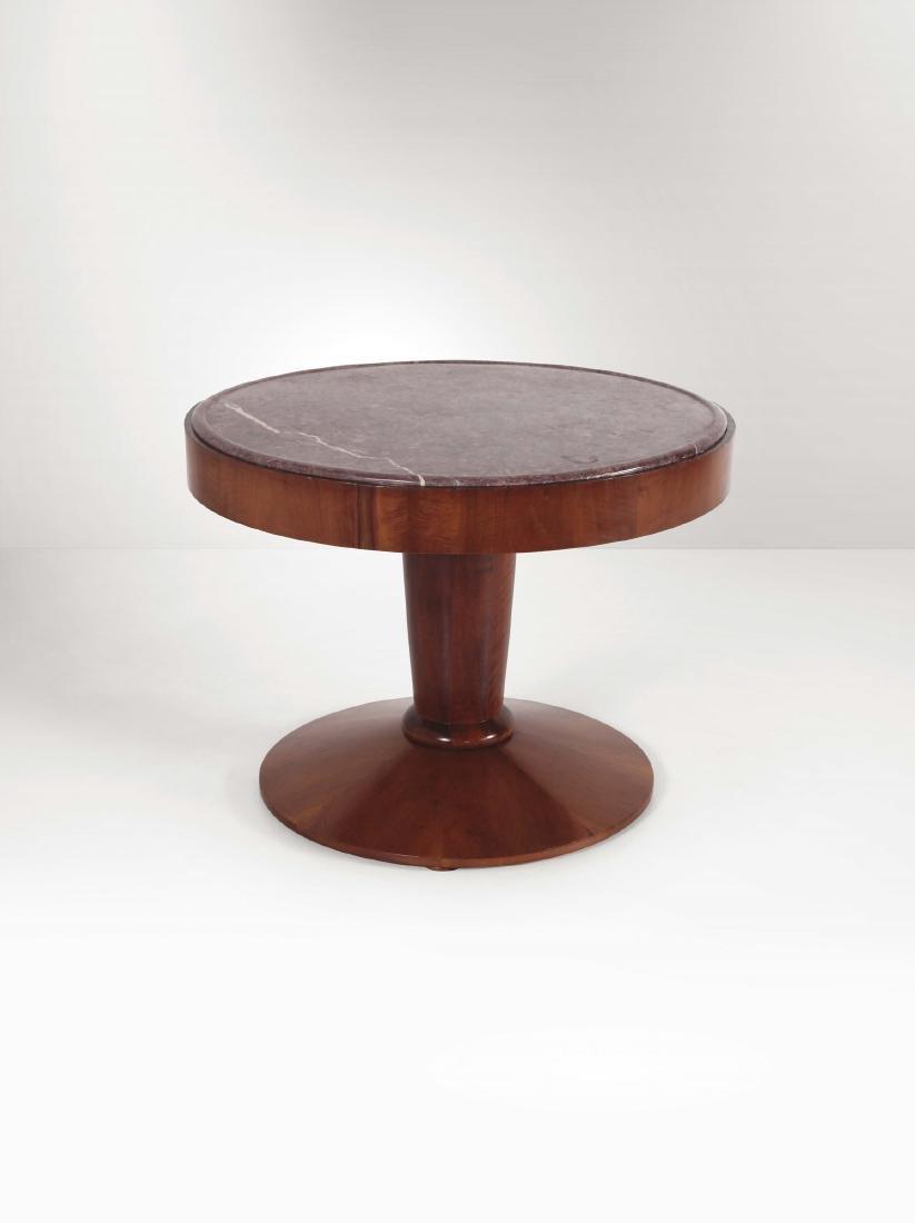 Tavolo con struttura in legno e piano in marmo.,