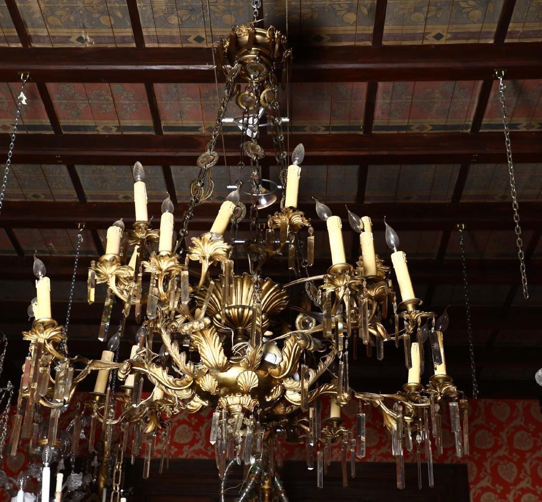 Grande lampadario a 28 luci in bronzo dorato e