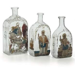 Gruppo di tre bottiglie per la manna in vetro soffiato