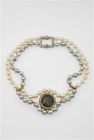 Girocollo composto da perle bianche e grigie con moneta