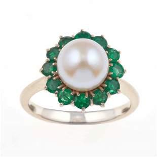 Anello con perla Akoya e piccoli smeraldi a contorno,