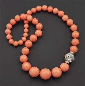 Importante collana di corallo con boules degradanti,