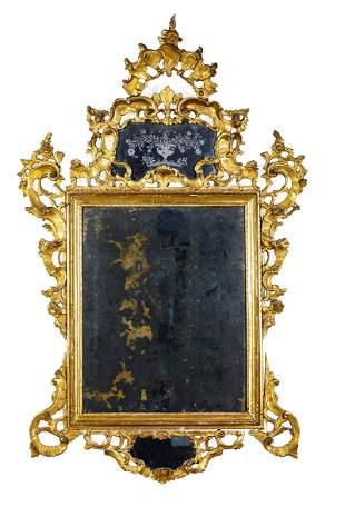 Importante specchiera in legno scolpito e dorato,