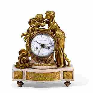 Pendola da tavolo in bronzo dorato e cesellato e marmo.