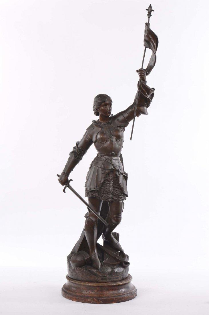 Statua in antimonio raffigurante figura femminile con a
