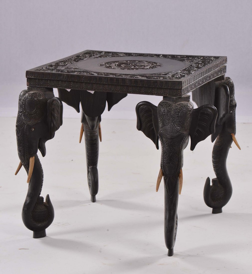 Tavolino orientale con gambe a foggia di teste di elefa
