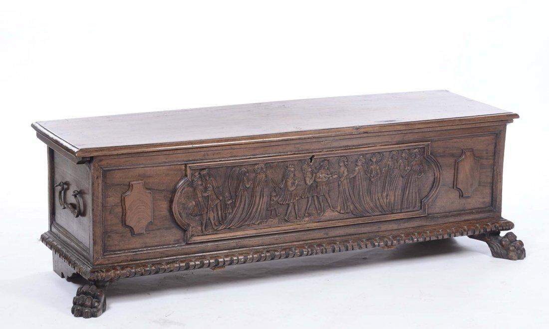 Cassapanca in noce con fronte intagliato, XIX secolo