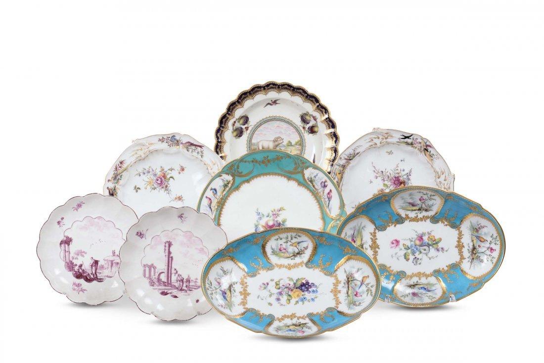 Lotto di sei piatti diversi in porcellana e due