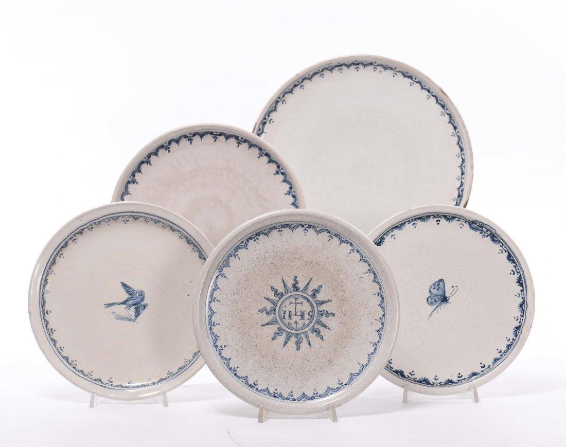 Cinque alzatine in maiolica bianca e blu, XIX secolo