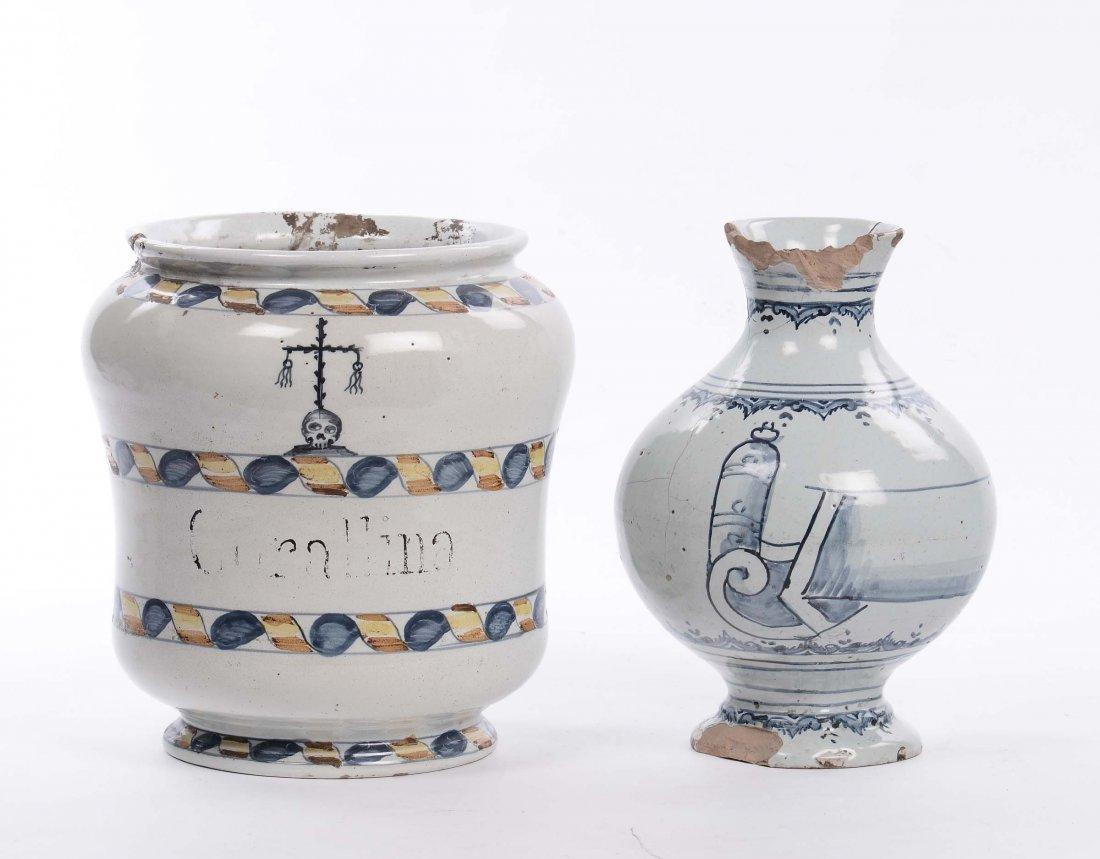 Albarello e bottiglia in maiolica, XVIII secolo
