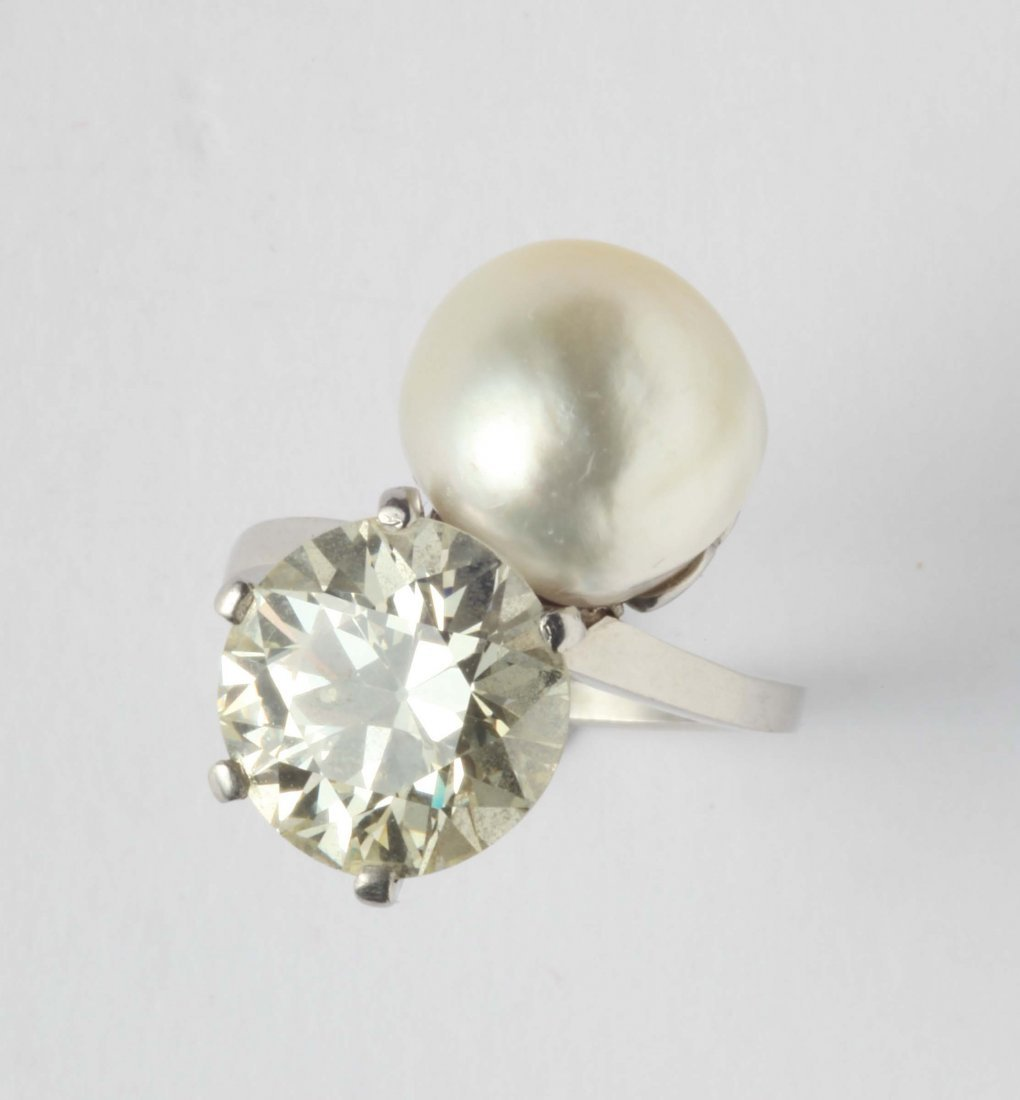 A natural pearl, diamond weighing ct 4,75 and platinum