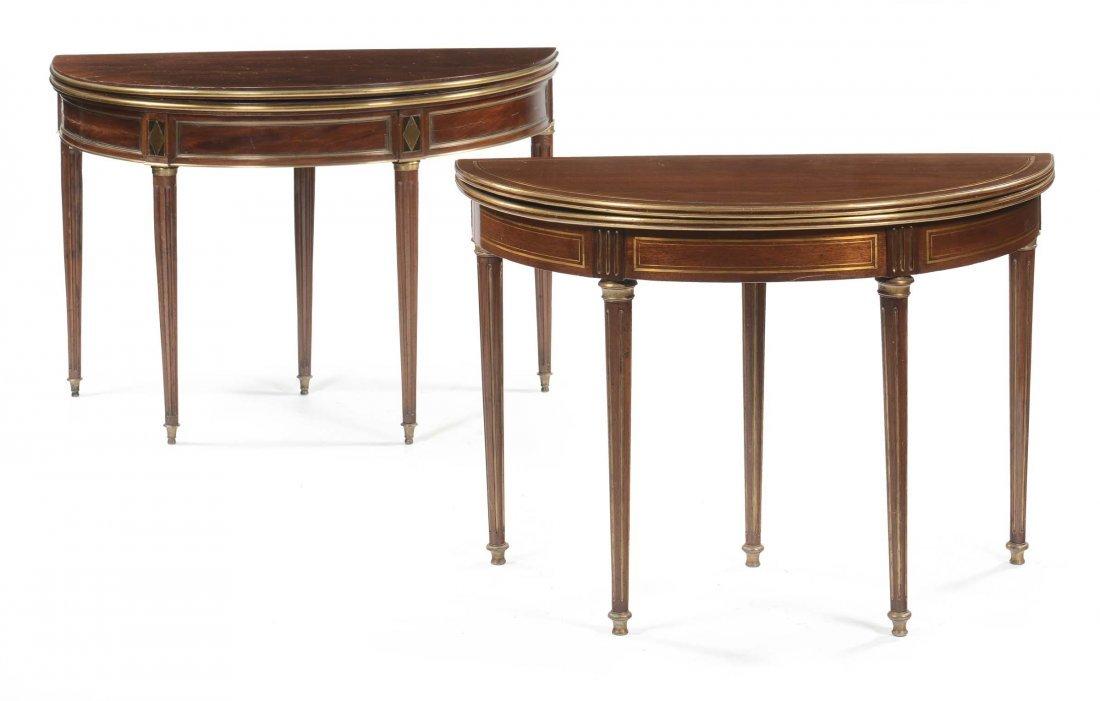 Due tavolini da gioco simili con piano a libro in piuma