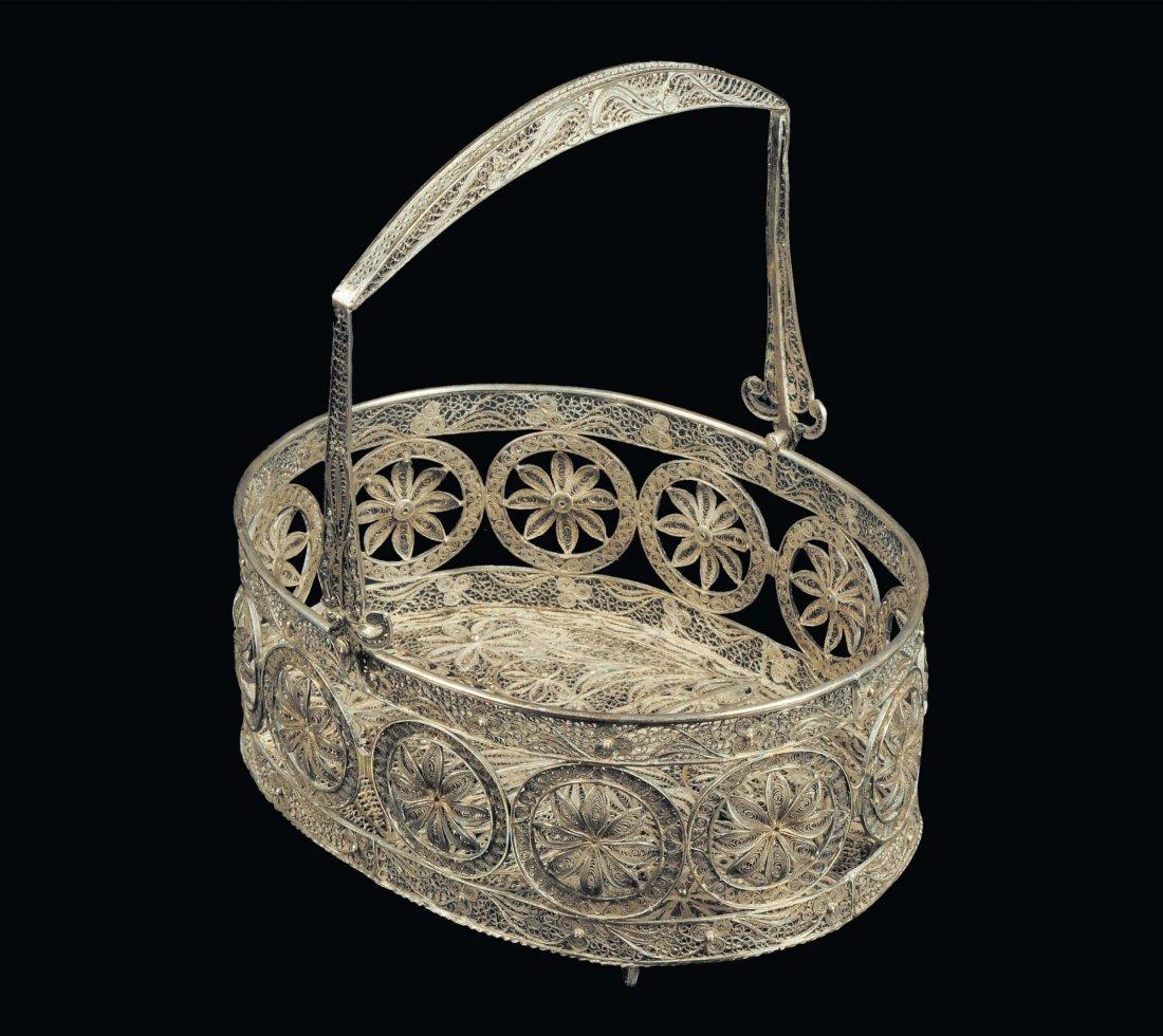 Cestino di forma ovale in filigrana d'argento, fine XIX