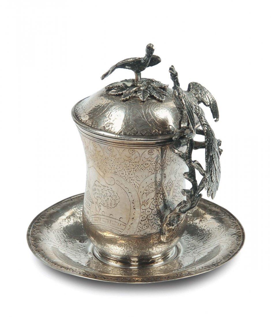 Tazza in argento cesellato con coperchio e piatto,arte