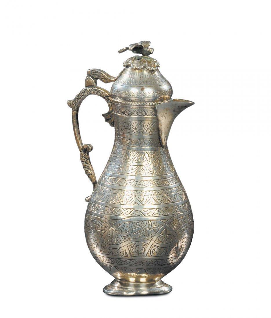 Versatoio in argento a corpo piriforme inciso, Arte