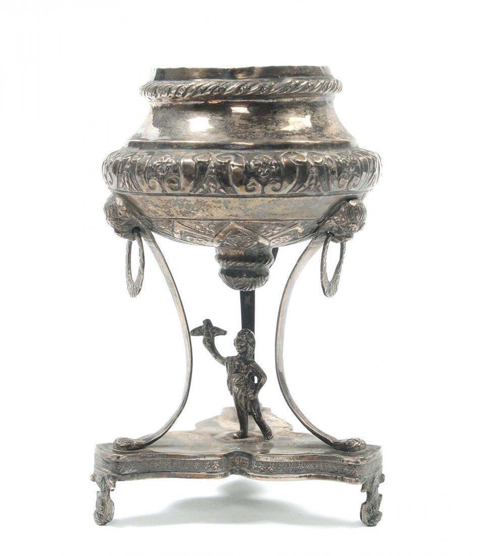 Vasetto porta incenso tripode in argento sbalzato,