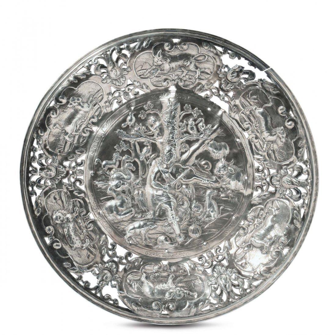 Grande piatto da parata in argento sbalzato e