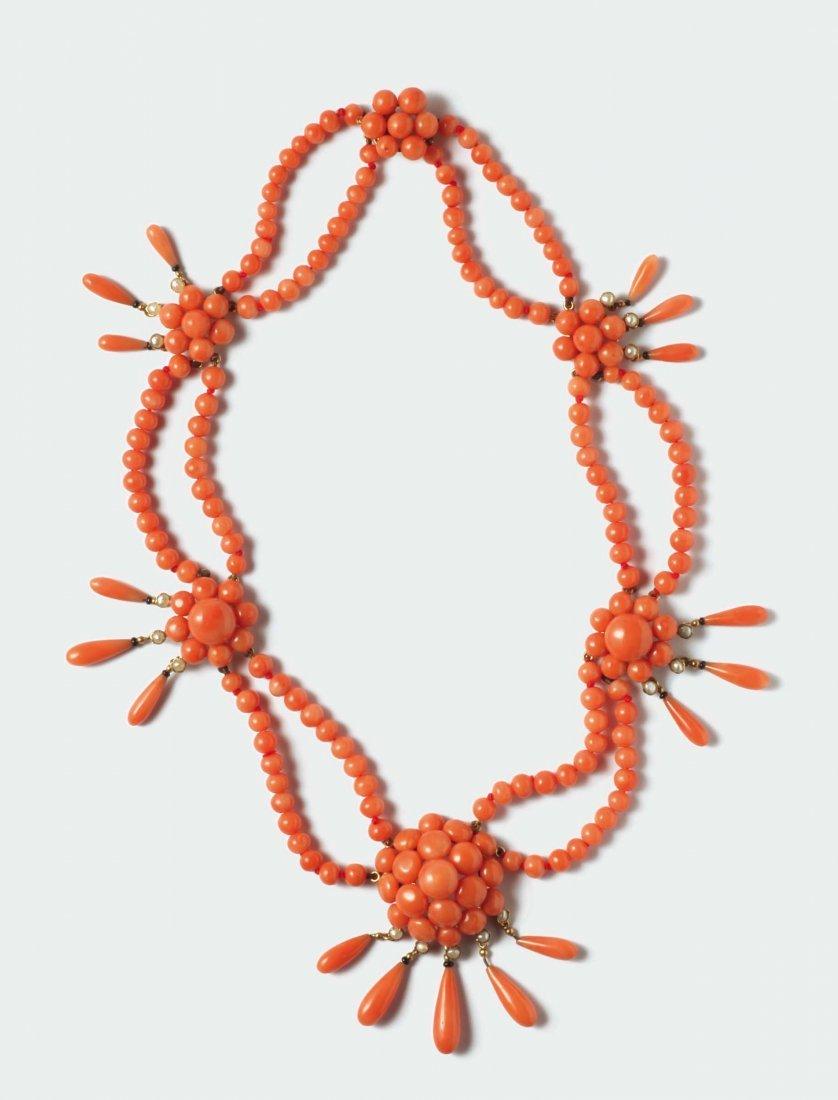 Collana in corallo aranciato con motivi decorativi