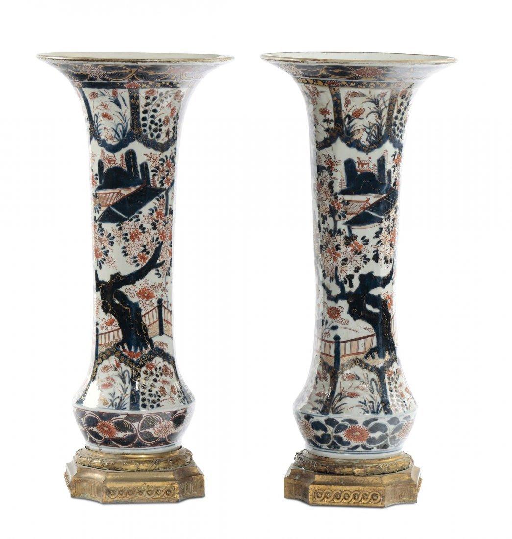 Coppia di vasi a tromba in porcellana Imari con