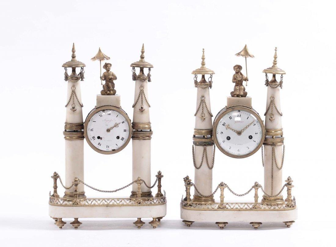 Coppia di orologi Luigi XVI in marmo bianco e bronzo