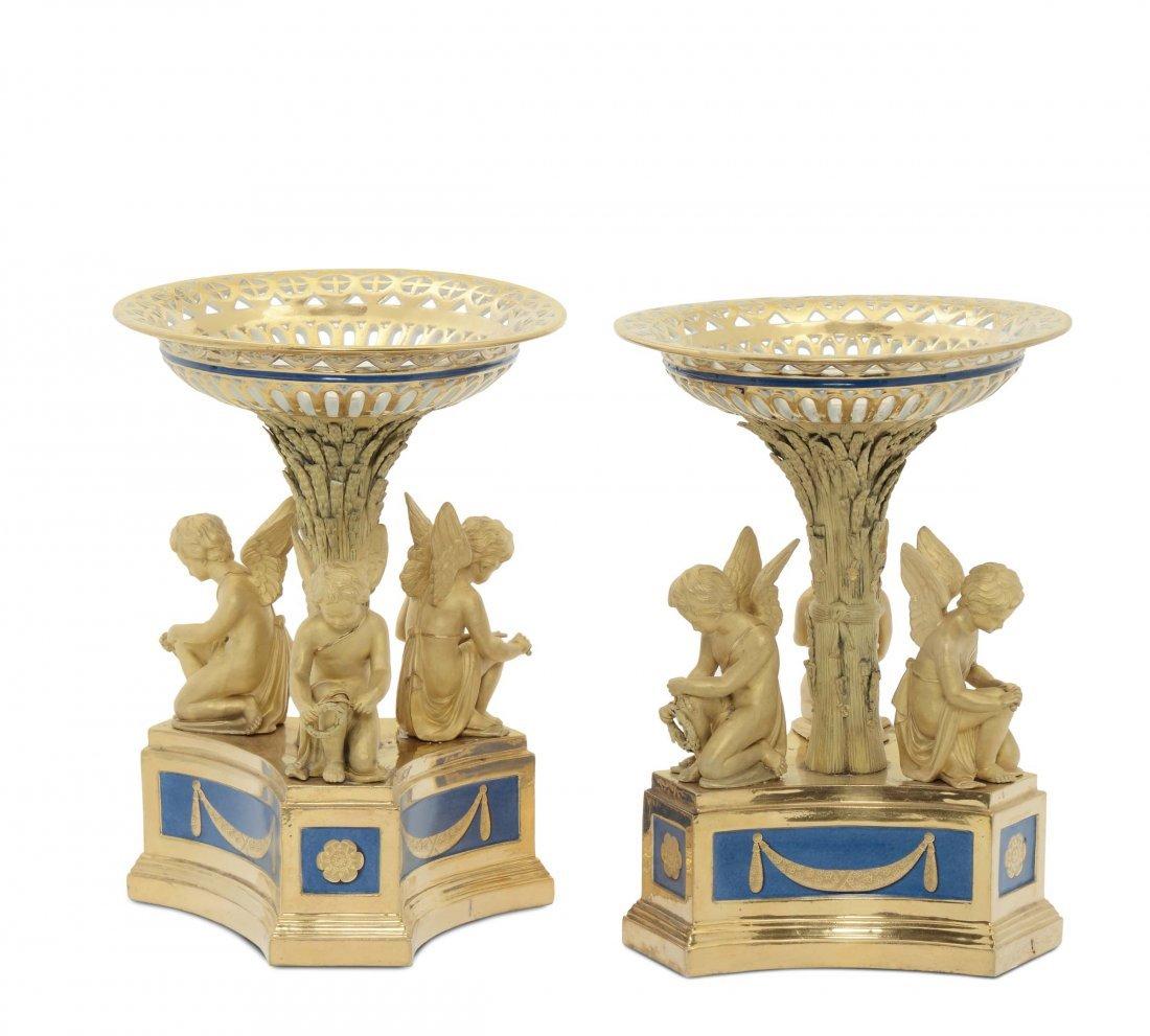 Importante coppia di alzate in porcellana, manifattura