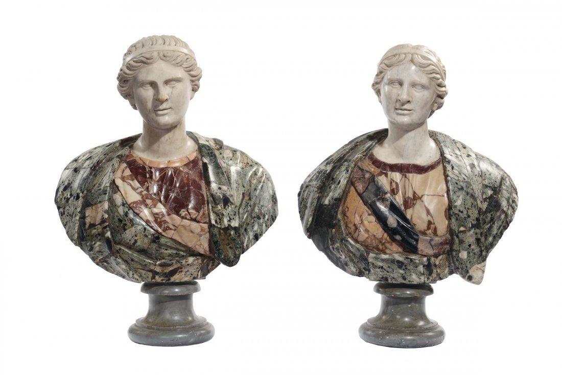 Coppia di busti in marmi colorati di fusto classico,
