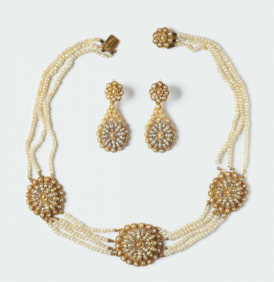 A seed pearls necklace and earrings