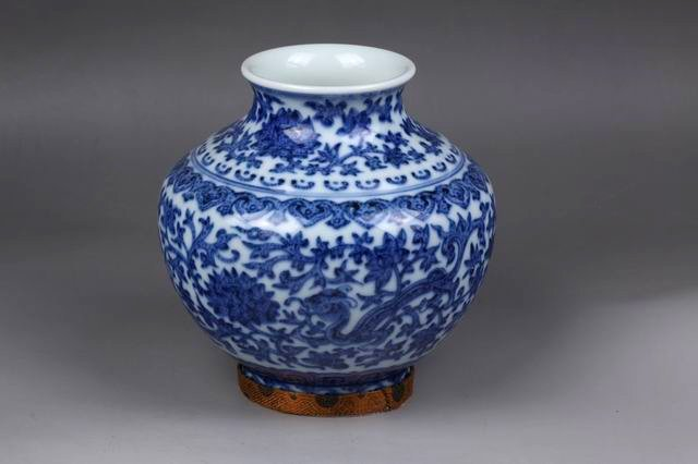 AN BLUE AND WHITE DRAGON AND FLOWER FIGURED FAT VASE