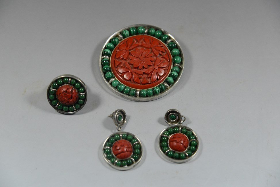 A SET OF SILVER INLAID CORAL AND MALACHITE JEWELRY