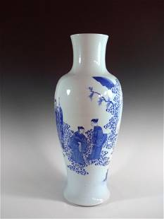 AN CHINESE KANGXI BLUE AND WHITE PORCELAIN VASE.