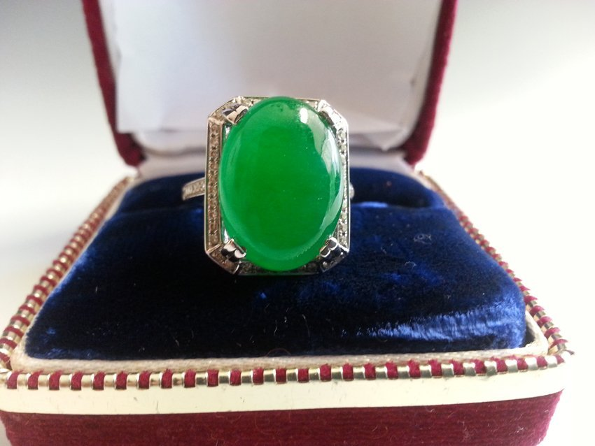 AN 18K WHITE GOLD DIAMOND GREEN JADE  RING.