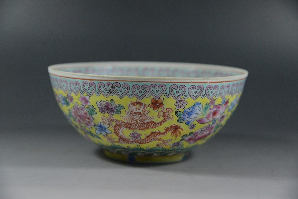 AN ANTIQUE CHINESE FAMILLE ROSE PORCELAIN BOWL