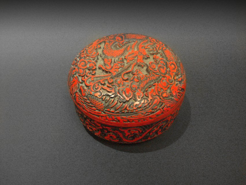 A CHINESE LACQUER WOODEN DRAGON CONTAINER.