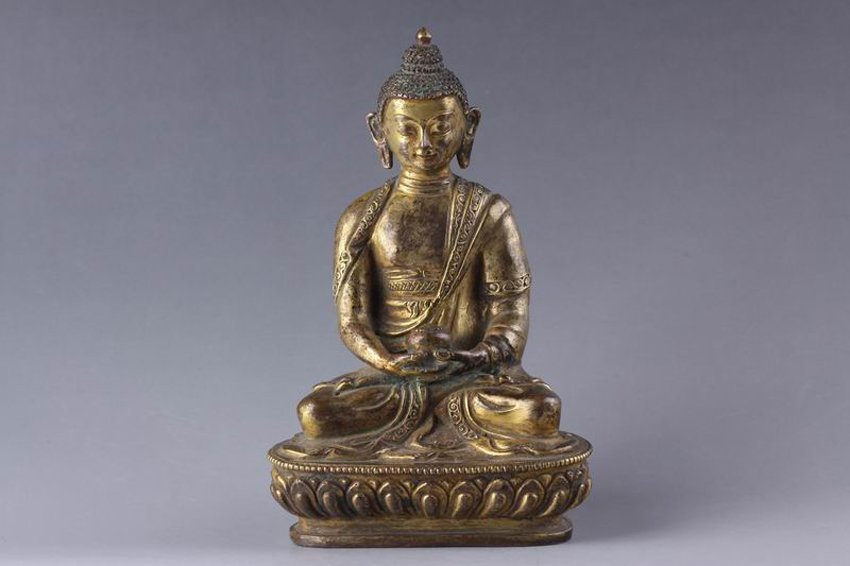 A QING CHINESE GILT BRONZE FIGURE OF SEATED BUDDHA.