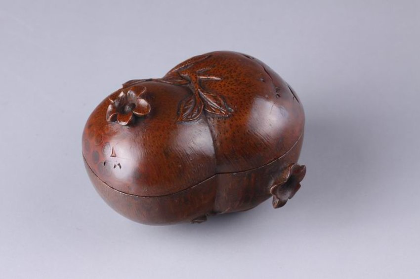 QING BAMBOO CARVED PEANUT SHAPED CONTAINER