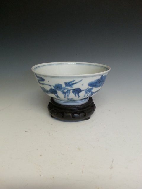 AN BLUE AND WHITE DEER BOWL WITH STAND