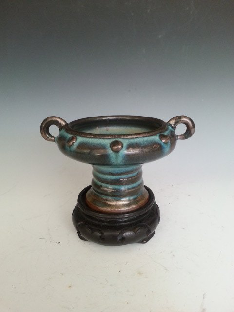 AN SMALL TWIN HANDLE PORCELAIN CENSER.