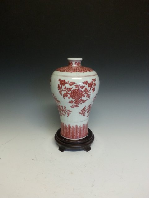 A CHINESE RED AND WHITE PORCELAIN VASE