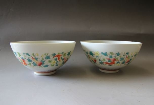 A PAIR OF QING FAMILLE ROSE PORCELAIN BOWLS. 18TH C.