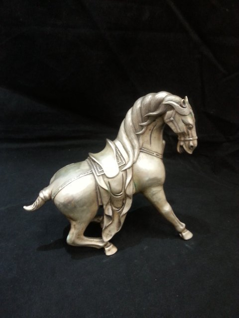 A SHORT TAIL HORSE STATUE