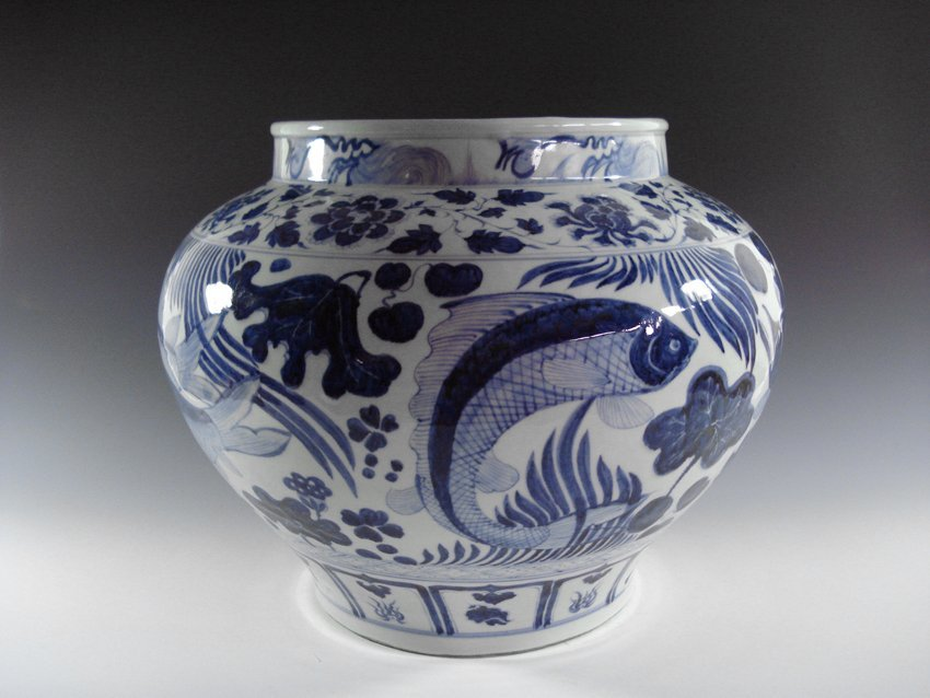 A CHINESE YUAN BLUE AND WHITE PORCELAIN JAR