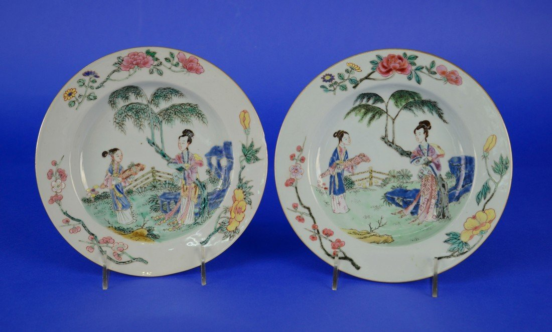 PAIR OF CHINESE EXPORT ROSE MANDARIN PLATES, 18th/19th
