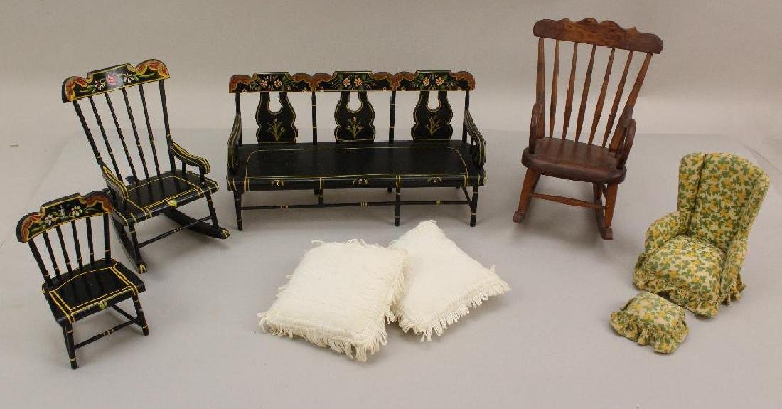 LOT OF VINTAGE SMALL SCALE DOLL FURNITURE.
