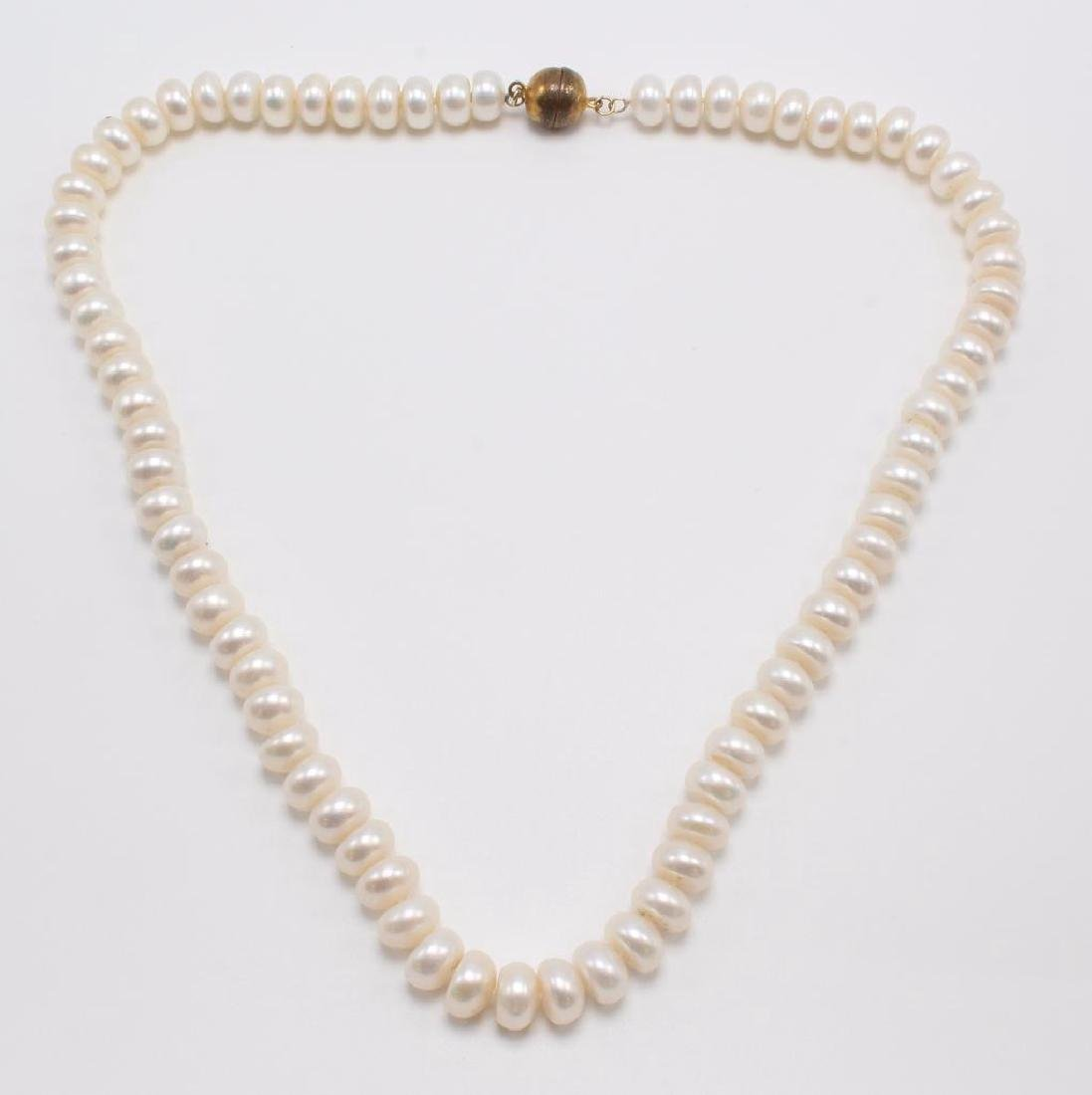 NECKLACE. BUTTON PEARL