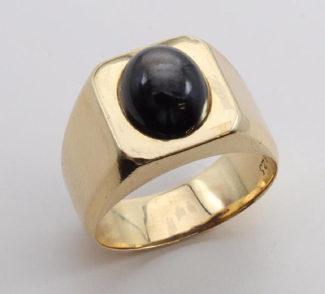 RING. BLACK STAR SAPPHIRE. 18K YELLOW GOLD - 2