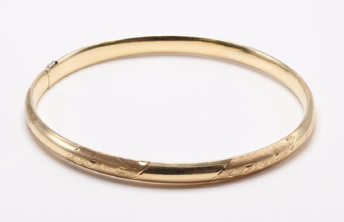 BRACELET. 14K YELLOW GOLD HINGED BANGLE