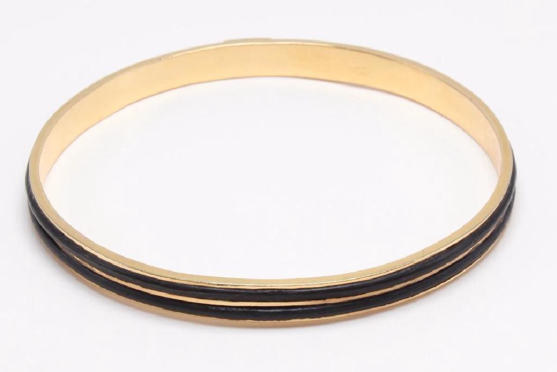 BRACELET. 18K YELLOW GOLD BANGLE. BLACK ELEPHANT HAIR