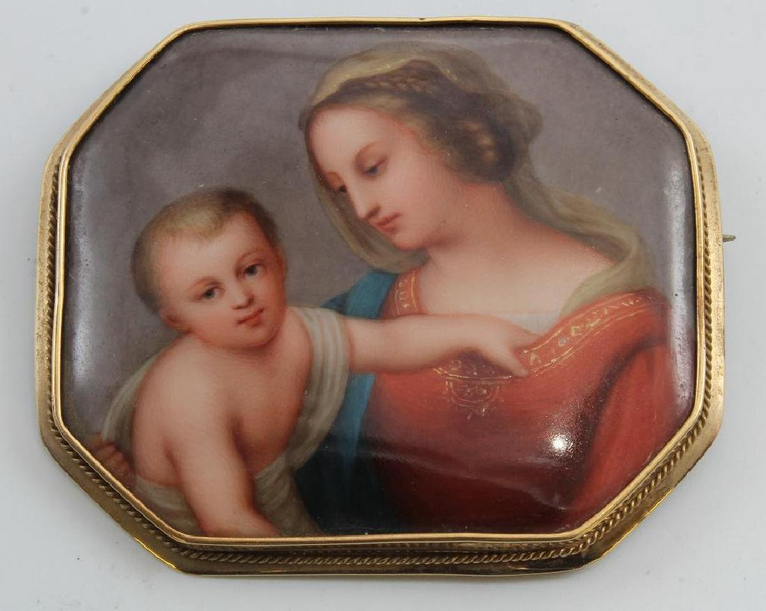 BROOCH PIN. PAINTED PORCELAIN. MOTHER AND CHILD. 14K