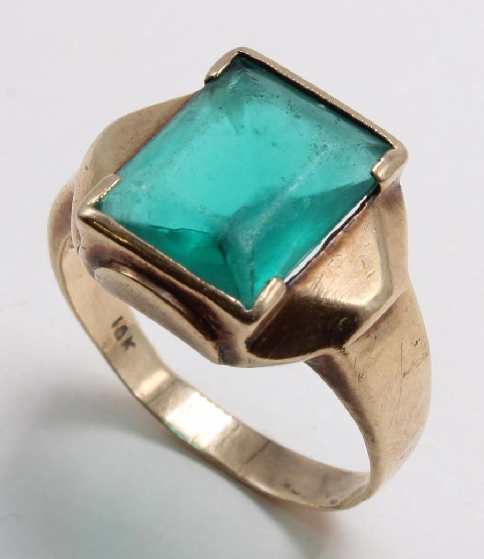 RING. GREEN GLASS STONE. 10K YELLOW GOLD