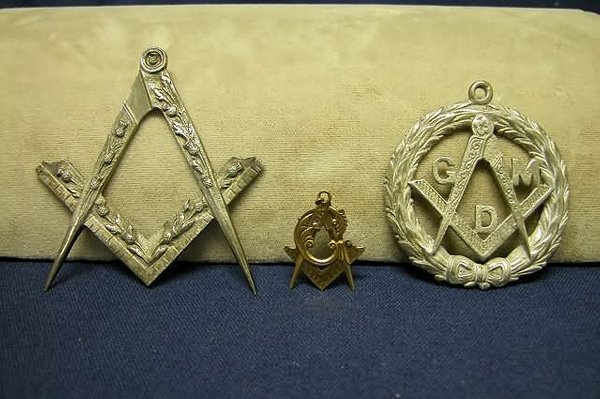 18: Three Pieces Masonic Jewelry.